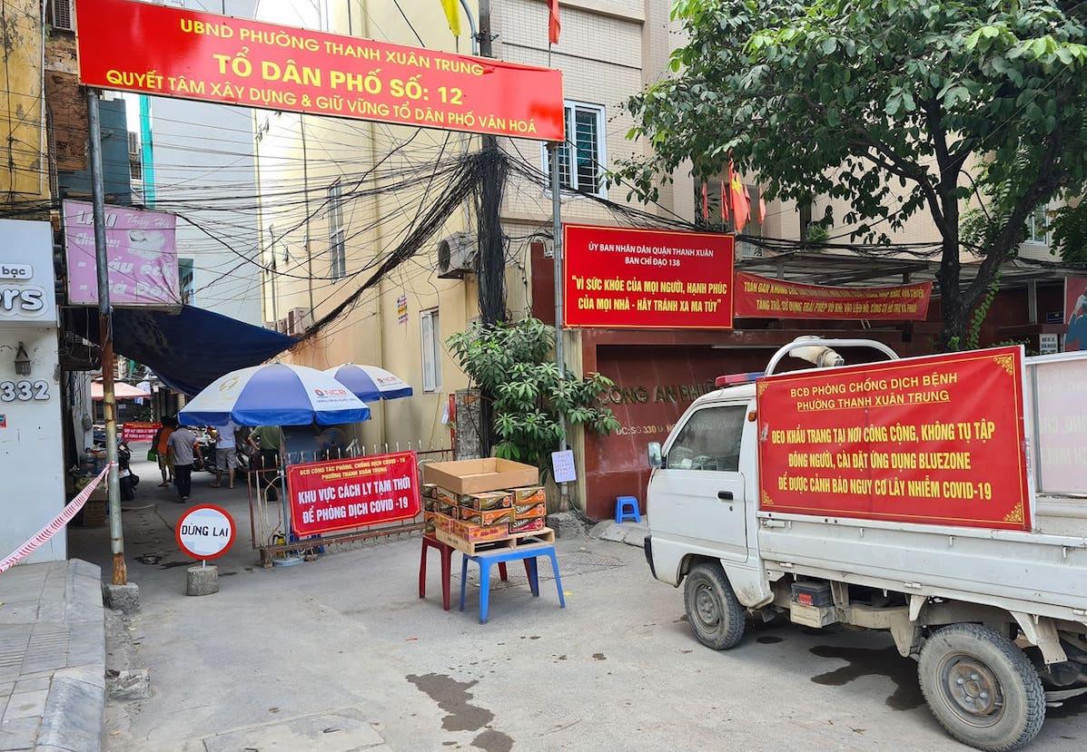 Chốt cách ly ngõ 328 và ngõ 330 đường Nguyễn Trãi, quận Thanh Xuân, trưa 24/8. Ảnh: Tất Định