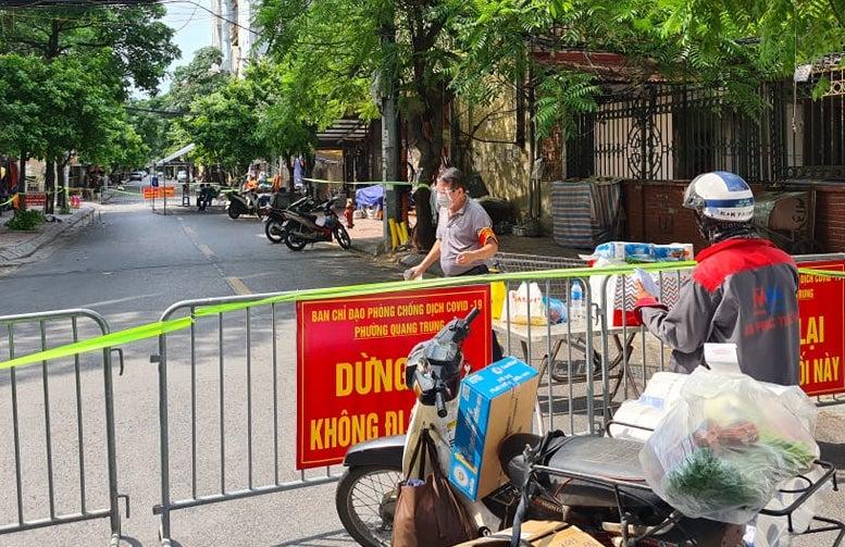 Chốt cách ly ở phố Nguyễn Thái Học, quận Hà Đông chiều 24/8. Ảnh: Tất Định