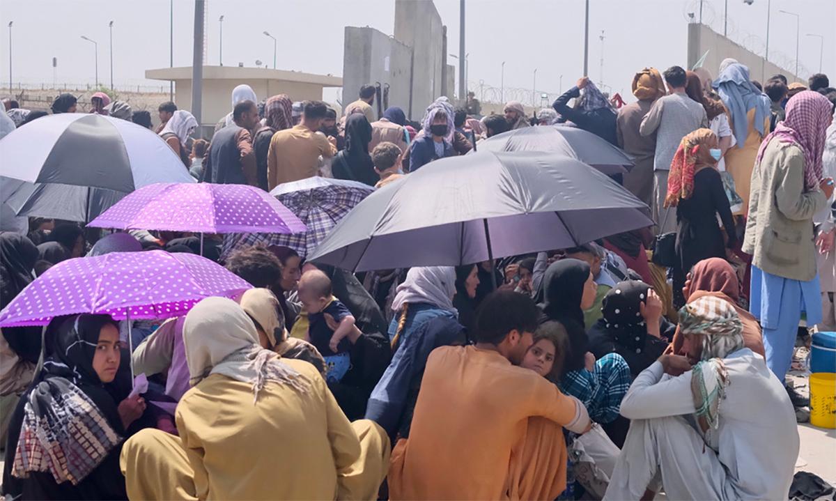 Dân Afghanistan ngồi chờ bên ngoài sân bay Hamid Karzai ở thủ đô Kabul ngày 23/8. Ảnh:  Al Jazeera.