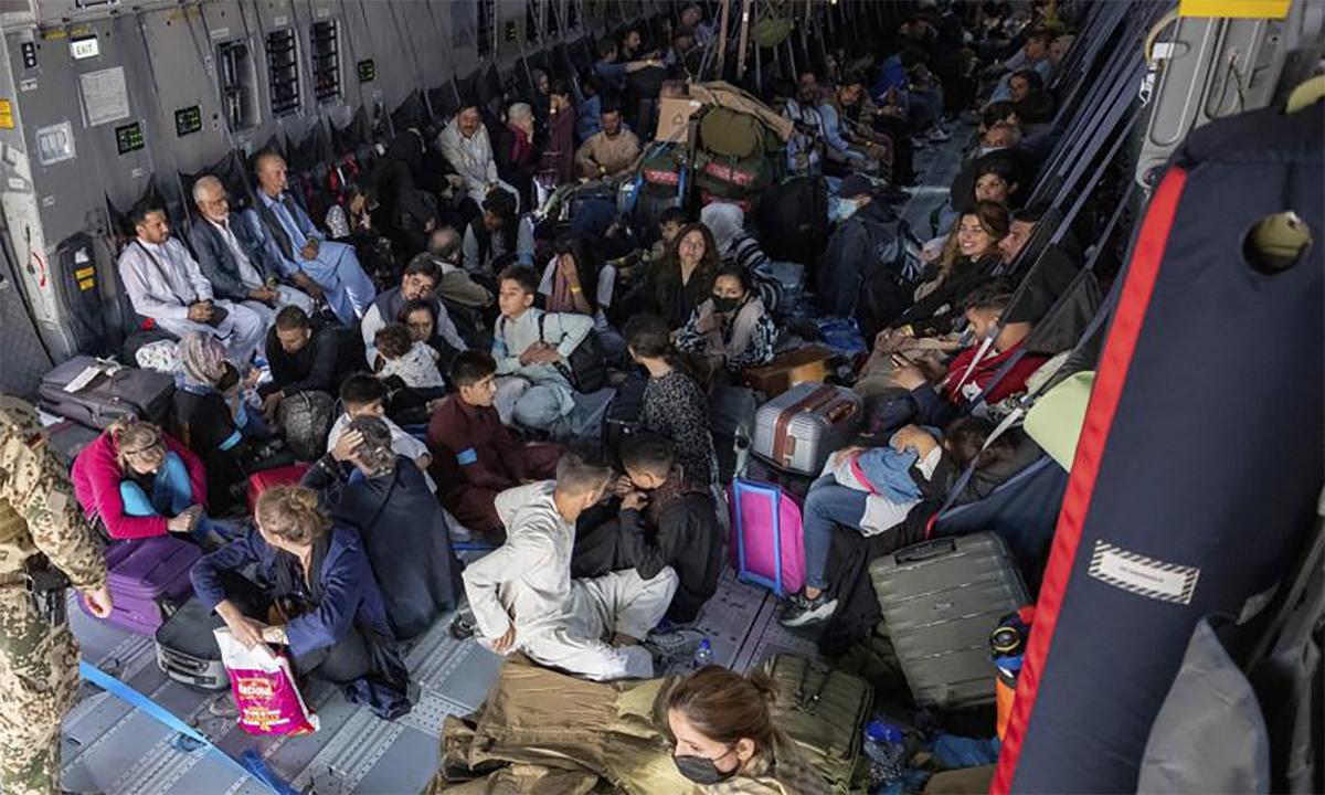 Người di tản ngồi trong khoang máy bay của không quân Đức tại sân bay ở thủ đô Kabul ngày 17/8. Ảnh: AP.