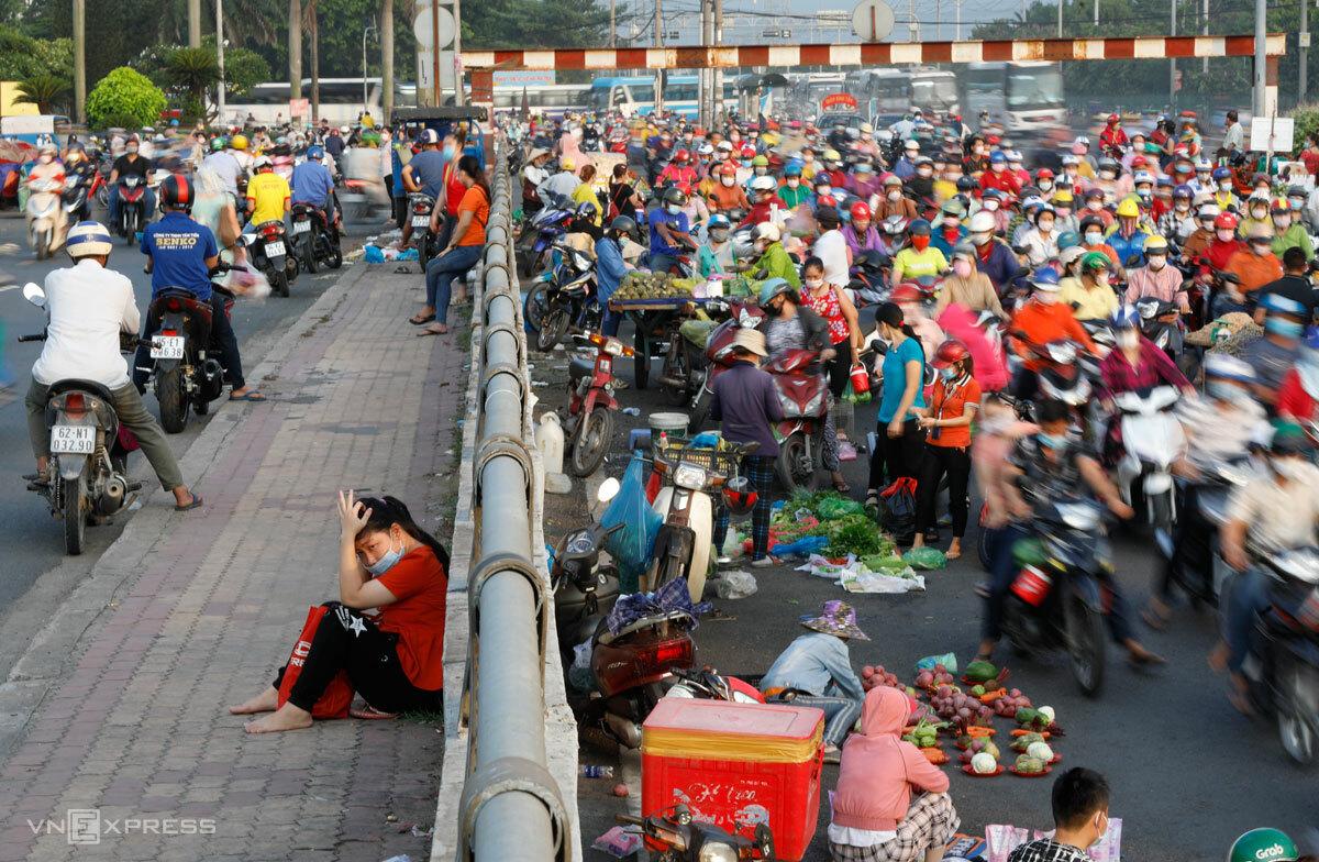 Giờ tan ca của công nhân Công ty Pouyuen, Quận Bình Tân, TP HCM, trước thời điểm dịch xâm nhập nhà máy, tháng 6/2021. Ảnh: Hữu Khoa