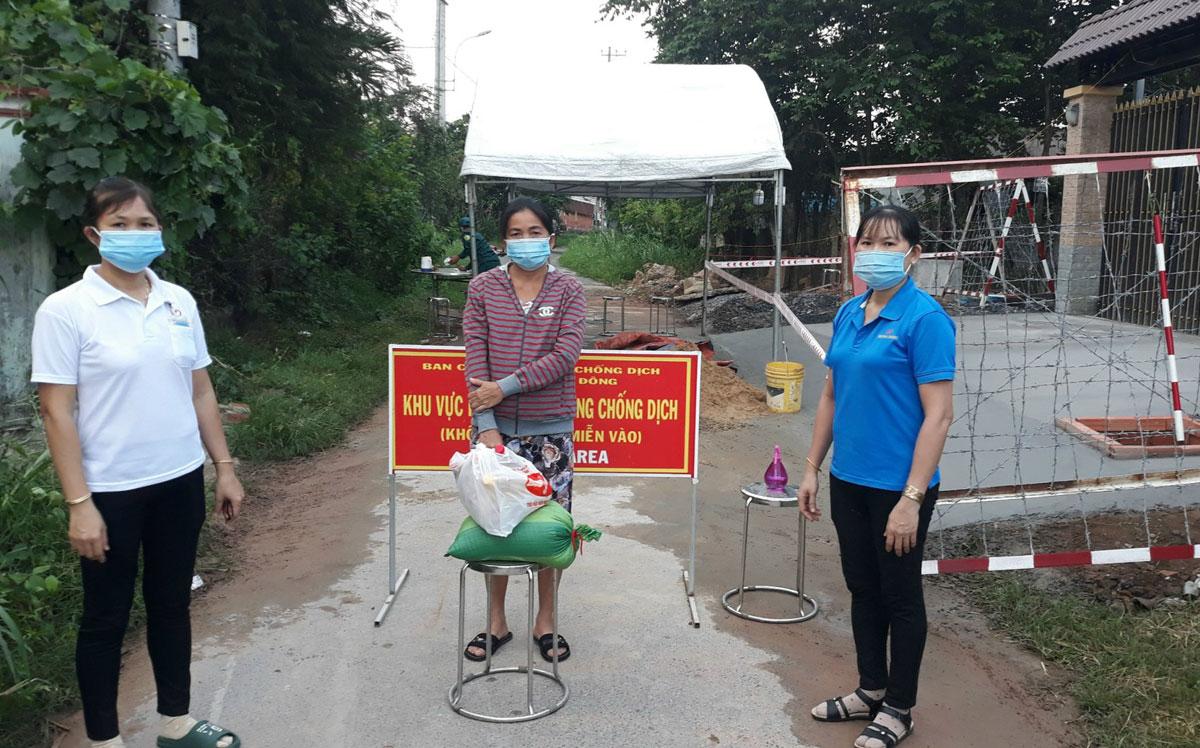 Cán bộ công đoàn Công ty Samho hỗ trợ gạo, thực phẩm cho người lao động trong lúc tạm nghỉ việc. Ảnh: An Phương