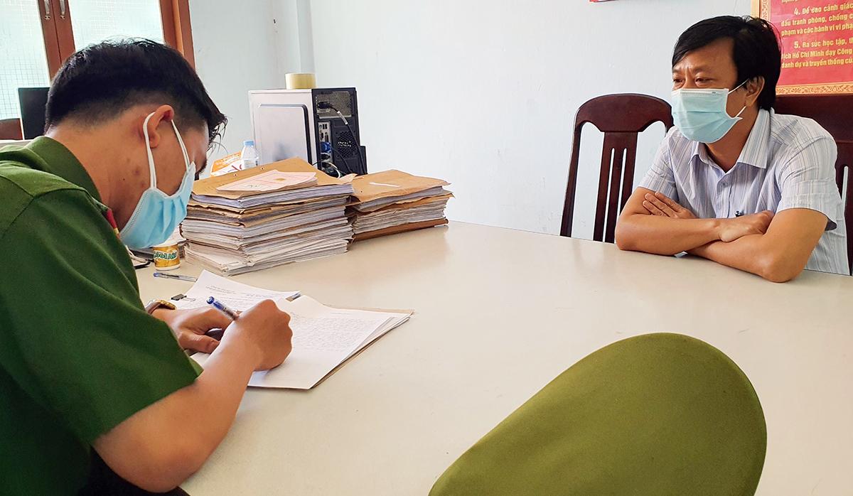 Ông Ngô Quang Phú tại cơ quan điều tra. Ảnh: Công an Phú Yên.