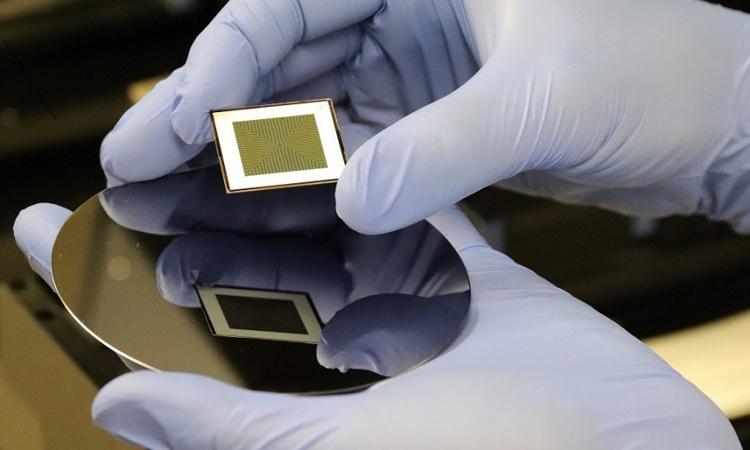 Các chuyên gia chế tạo pin mặt trời có thể tạo ra điện ở cả hai mặt. Ảnh: Đại học Quốc gia Australia/Eric Byler