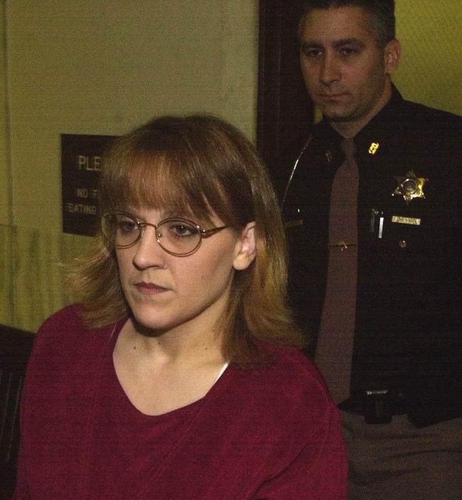 Sharee Miller hầu toà tháng 12/2000 sau cái chết của chồng và nhân tình. Ảnh: Murderpedia