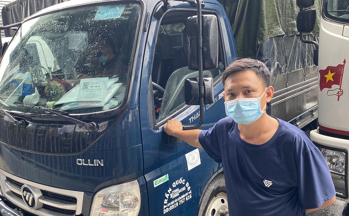 Tài xế Nguyễn Thanh Toàn phản ánh nhà ở quận Ô Môn nhưng không được về vì đã lái xe ra khỏi thành phố nhận hàng. Ảnh: Cửu Long