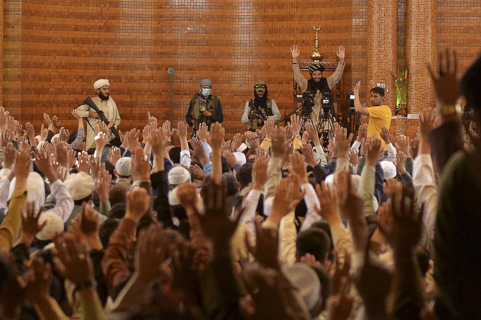 Các chiến binh Taliban tham gia lễ cầu nguyện tại thánh đường Hồi giáo Abdul Rahman, Kabul vào ngày 20/8. Ảnh: AFP.