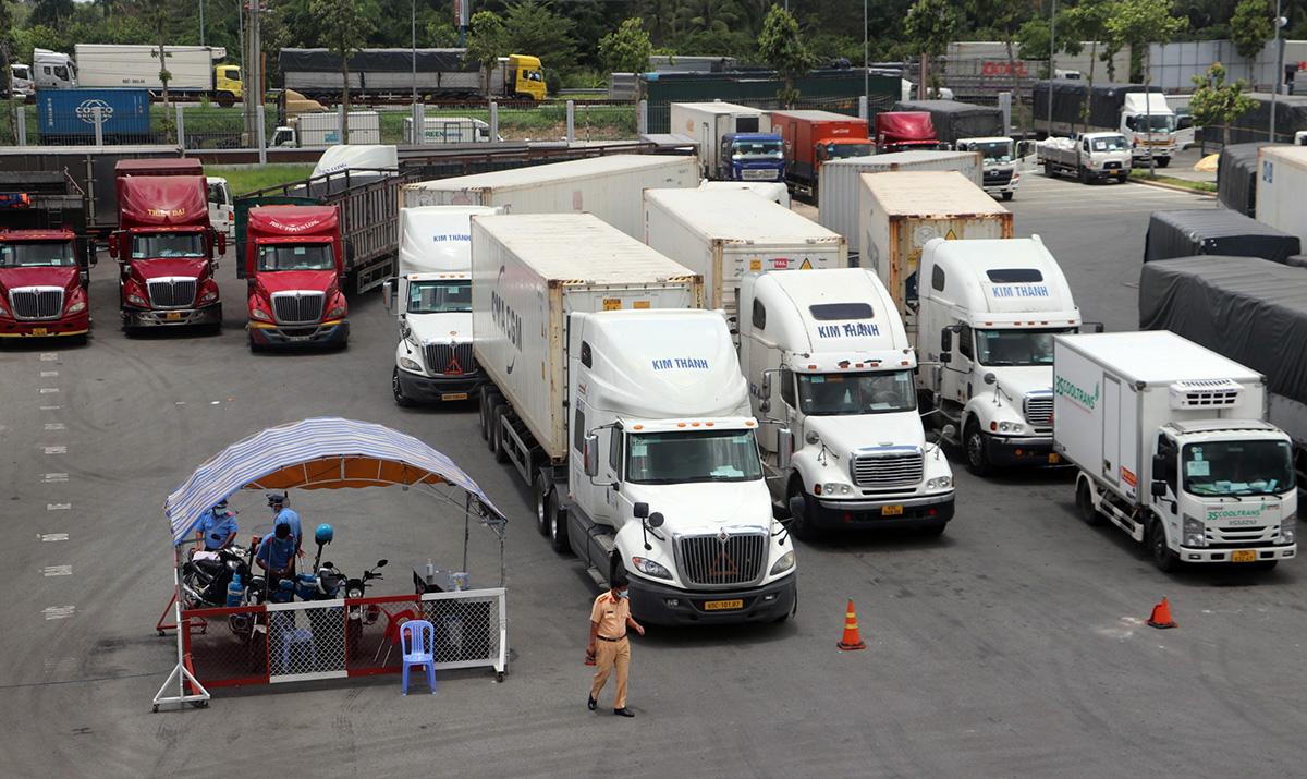 Xe chở hàng hoá chờ tìm tài xế thay thế để vào Cần Thơ chiều 24/8. Ảnh: Cửu Long