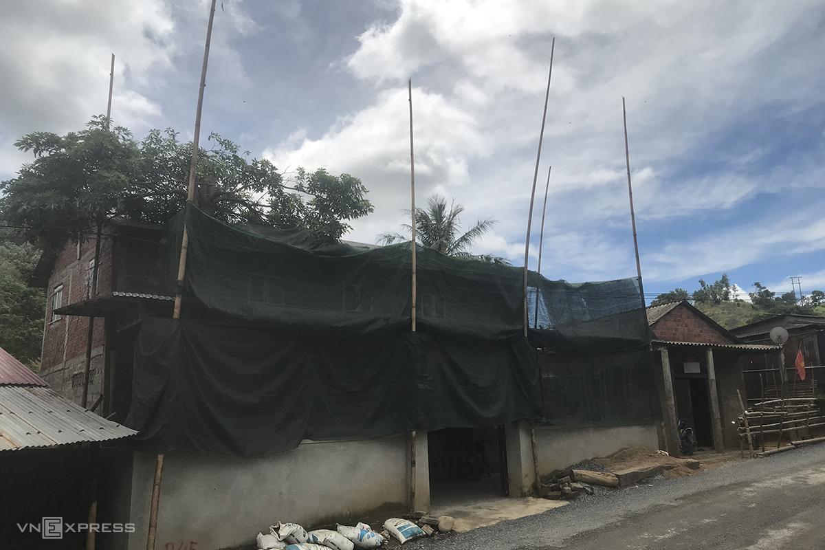 Người dân dựng cọc tre cao hơn 10m đế buộc dự án điện gió đền bù khi xe chờ thiết bị đi qua va quệt vào. Ảnh: Hoàng Táo