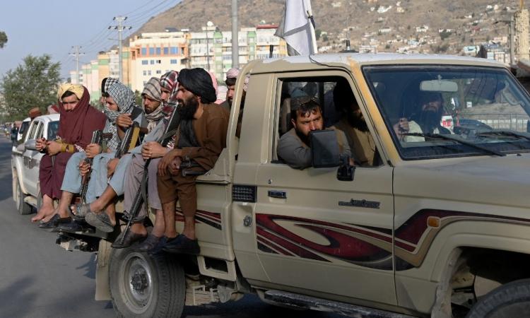 Các thành viên Taliban tuần tra trên đường phố Kabul hôm 23/8. Ảnh: AFP.