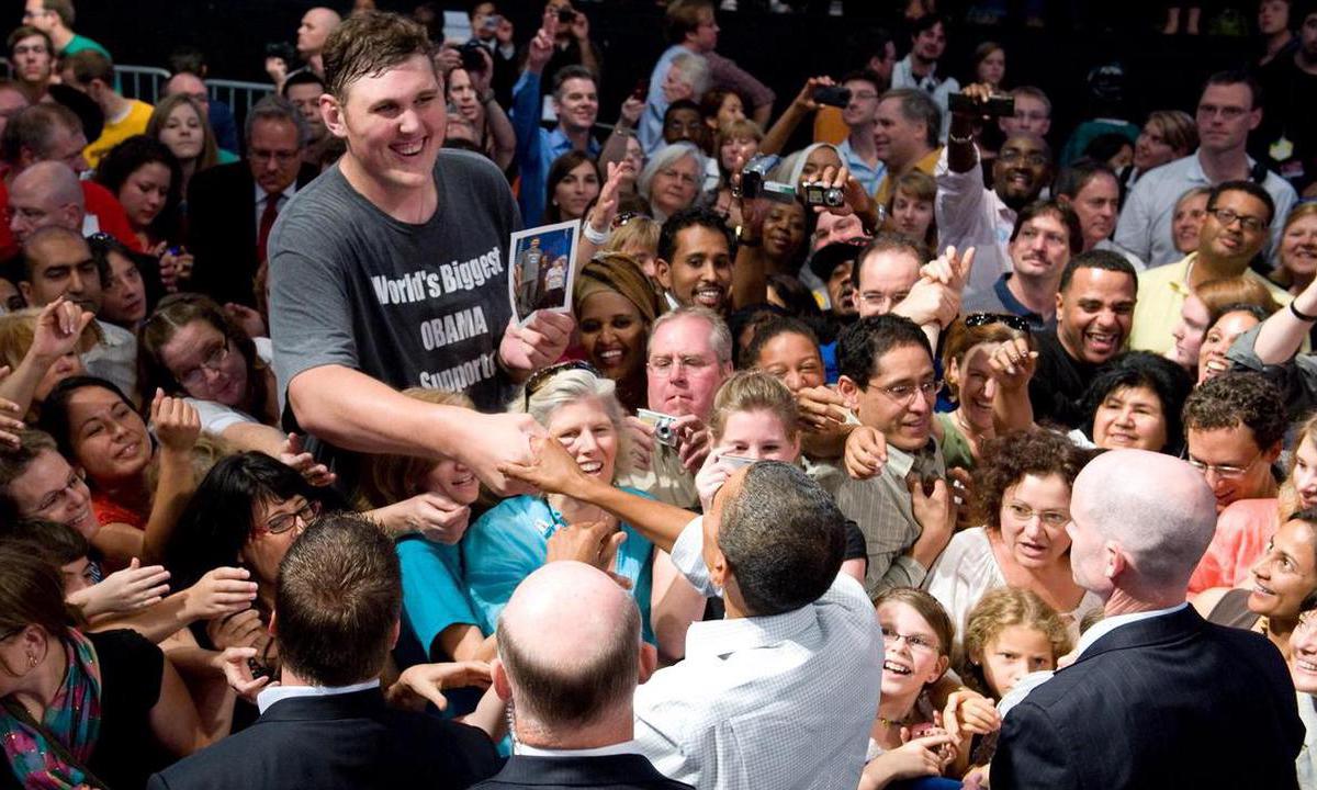 Igor Vovkovinskiy bắt tay tổng thống Barack Obama tại sự kiện ở Minneapolis, bang Minnesota hồi tháng 9/2009. Ảnh: AFP.