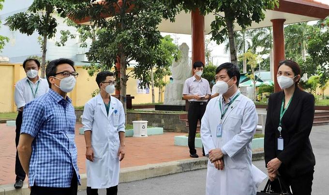 Phó Thủ tướng Vũ Đức Đam thị sát Bệnh Viện Đa khoa Quốc tế Hoàn Mỹ Thủ Đức khi chuyển đổi công năng thành Trung tâm Điều trị Covid-19, ngày 26/7. Ảnh do bệnh viện cung cấp