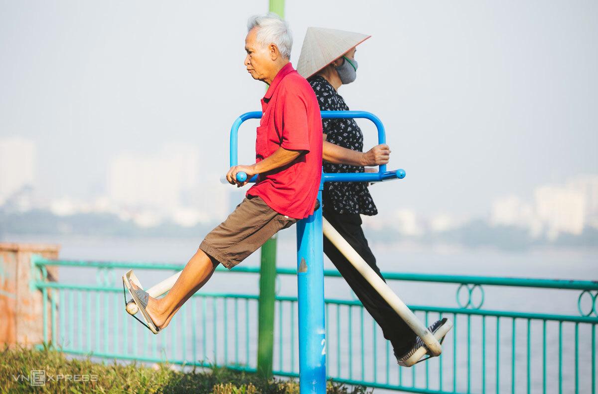 Người cao tuổi tập thể dục ven Hồ Tây (Hà Nội), những ngày chưa xuất hiện Covid-19, tháng 10/2018. Ảnh: Đình Tùng