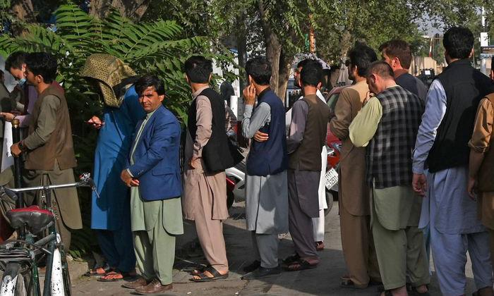 Người dân xếp hàng chờ rút tiền tại một cây ATM tại Kabul, Afghanistan, hôm 21/8. Ảnh: AFP.