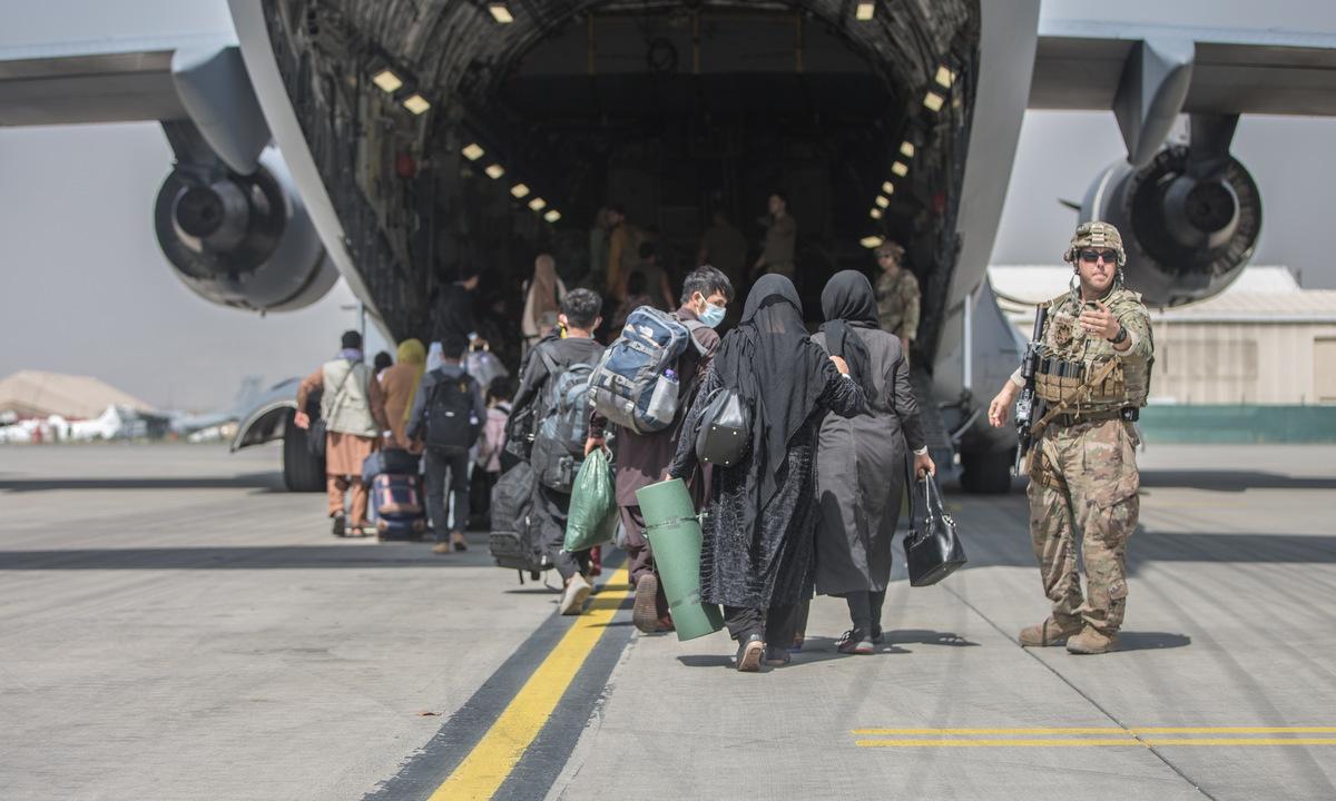 Các gia đình Afghanistan lên vận tải cơ Mỹ tại sân bay Kabul hôm 23/8. Ảnh: USMC.