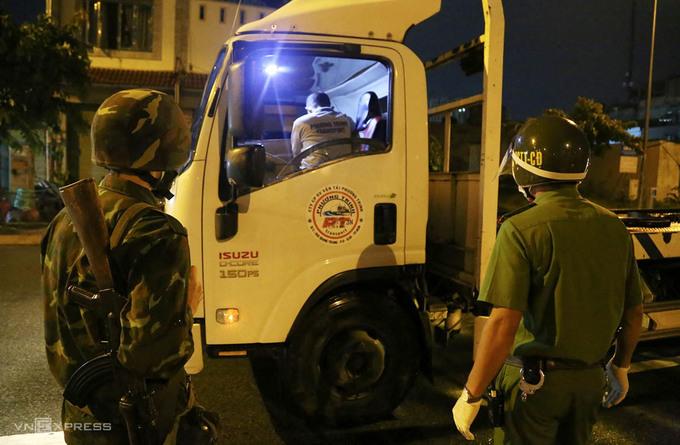 Bộ đội bắt đầu nhiệm vụ từ 0h ngày 23/8 tại chốt kiểm soát cầu Trường Đai, quận 12, TP HCM. Ảnh: Đình Văn