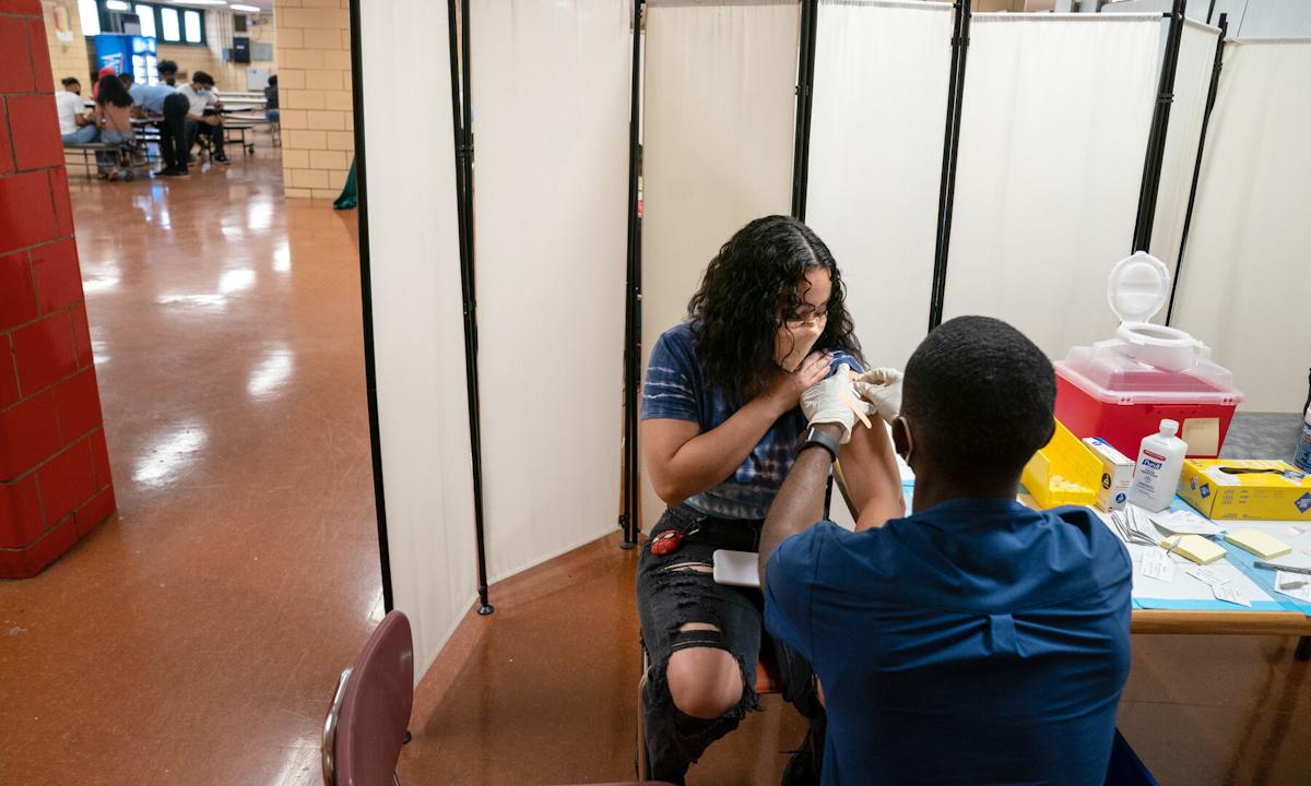 Một điểm tiêm chủng vaccine Covid-19 ở New York, Mỹ hôm 16/8. Ảnh: NYTimes.