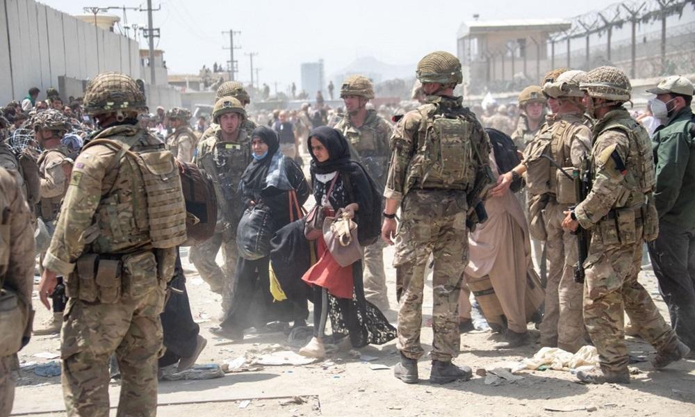 Binh sĩ Mỹ và Anh làm nhiệm vụ sơ tán tại sân bay Kabul, Afghanistan hôm 21/8. Ảnh: AFP.