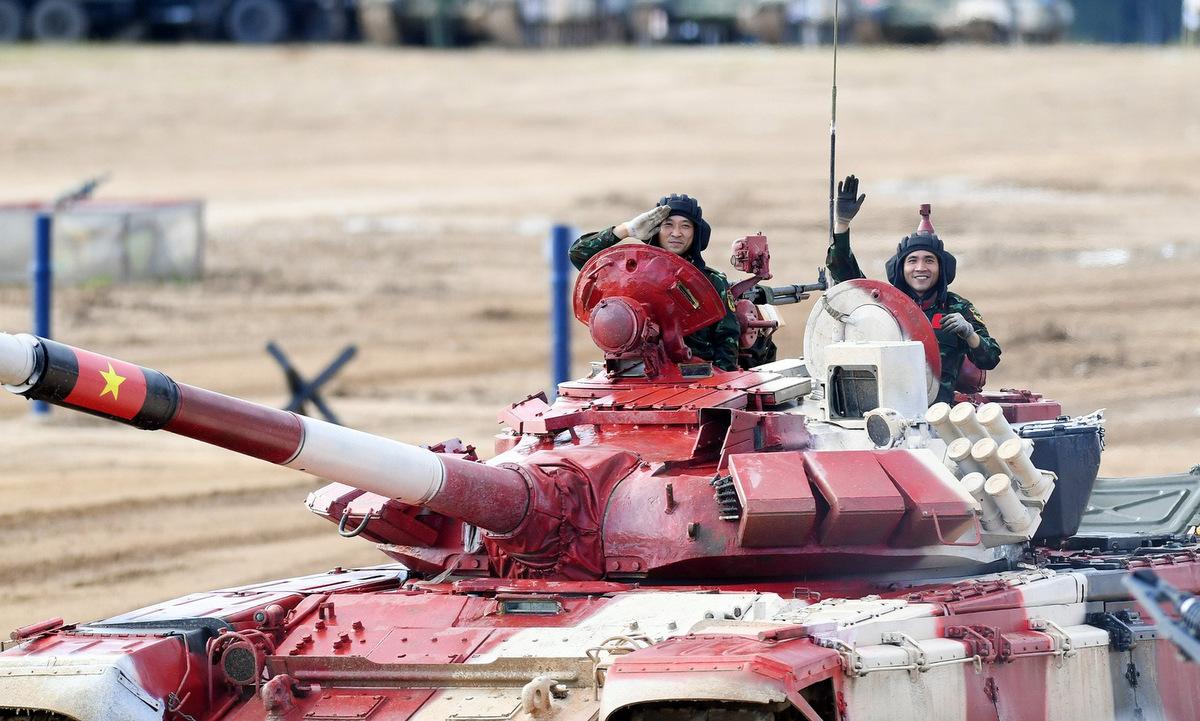 Trưởng xe (trái) và pháo thủ (phải) của kíp Việt Nam 1 sau khi về đích ở thao trường Alabino, Moskva ngày 23/8. Ảnh: QĐND.