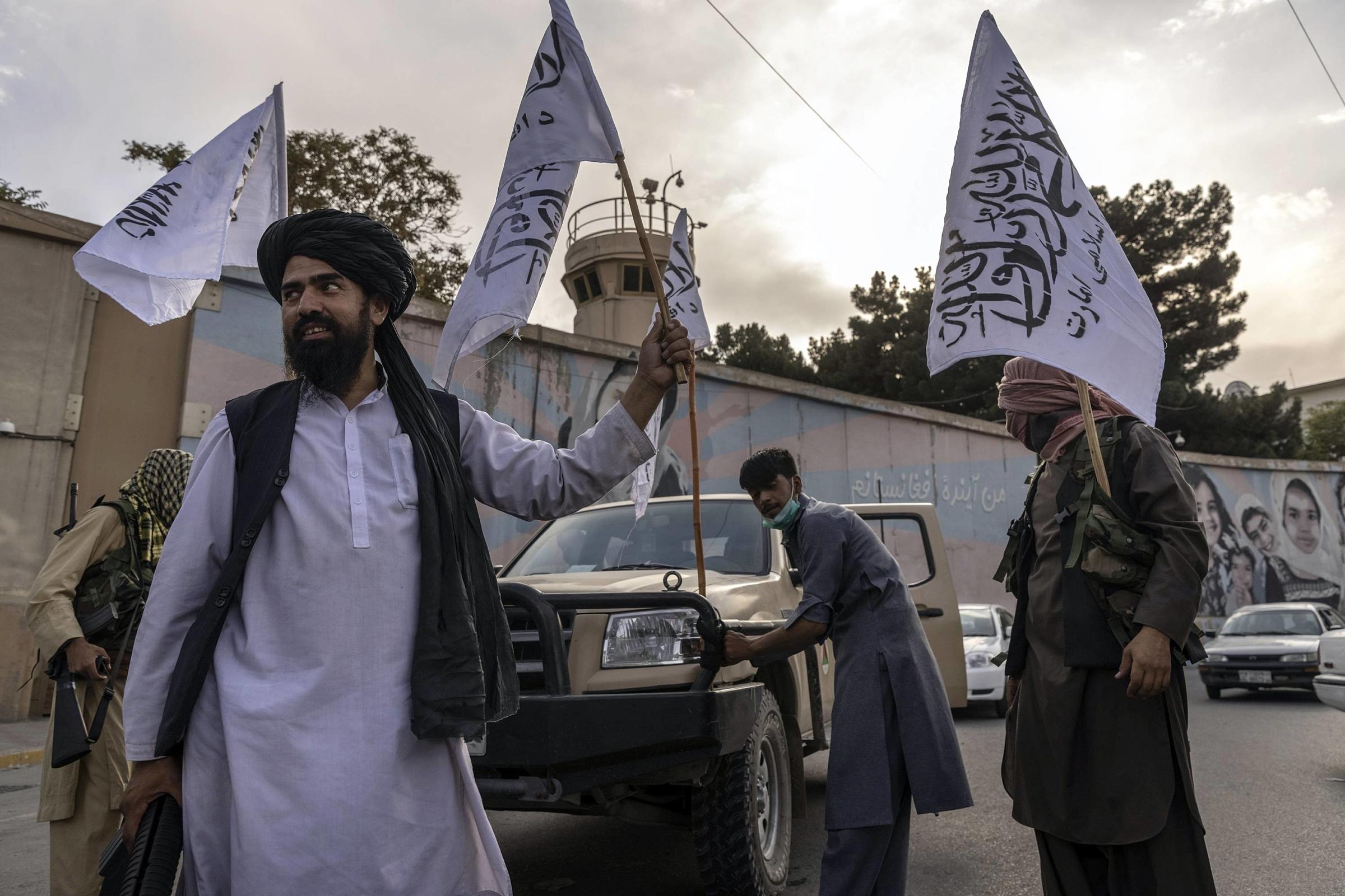 Chiến binh Taliban bên ngoài tòa nhà từng là Đại sứ quán Mỹ tại Kabul vào ngày 22/8. Ảnh: NYT.