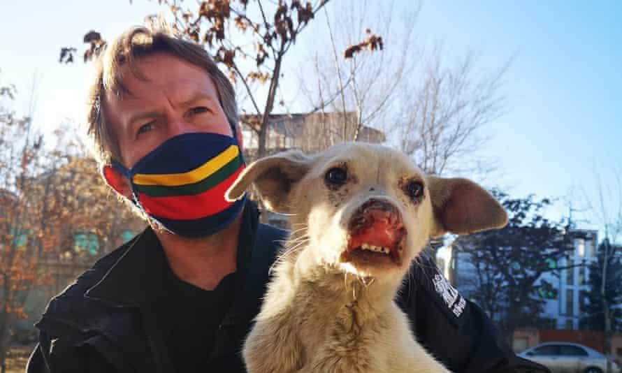 Paul Pen Farthing và một con chó được chăm sóc ở trạm cứu hộ. Ảnh: Nowzad.
