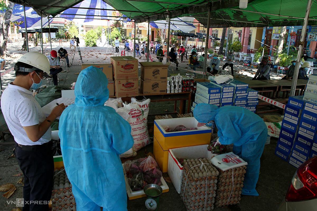 Hội doanh nhân trẻ thành phố Đà Nẵng tổ chức bán hàng lưu động bình ổn giá cho người dân tại phường Mân Thái, chiều 24/8. Do ngày đầu thực hiện, chưa nắm được nhu cầu cụ thể, nên hàng hóa chưa nhiều. Ảnh: Nguyễn Đông.