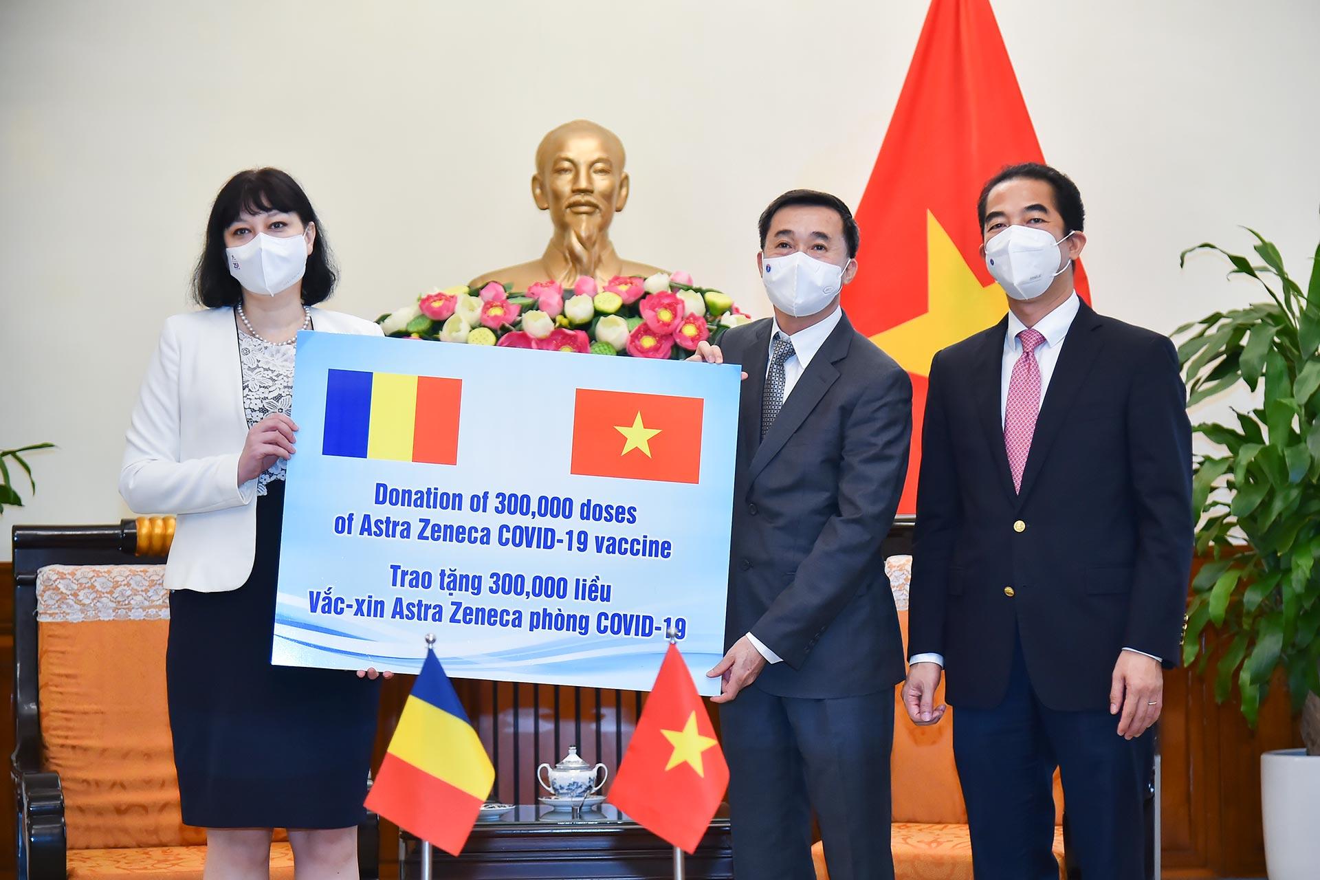 Thứ trưởng Ngoại giao Tô Anh Dũng (ngoài cùng bên phải), Thứ trưởng Bộ Y tế Trần Văn Thuấn (giữa) và Đại sứ Romania tại Việt Nam Cristina Romila tại lễ tiếp nhận tượng trưng 300.000 liều vaccine ở trụ sở Bộ Ngoại giao hôm nay. Ảnh: Bộ Ngoại giao.