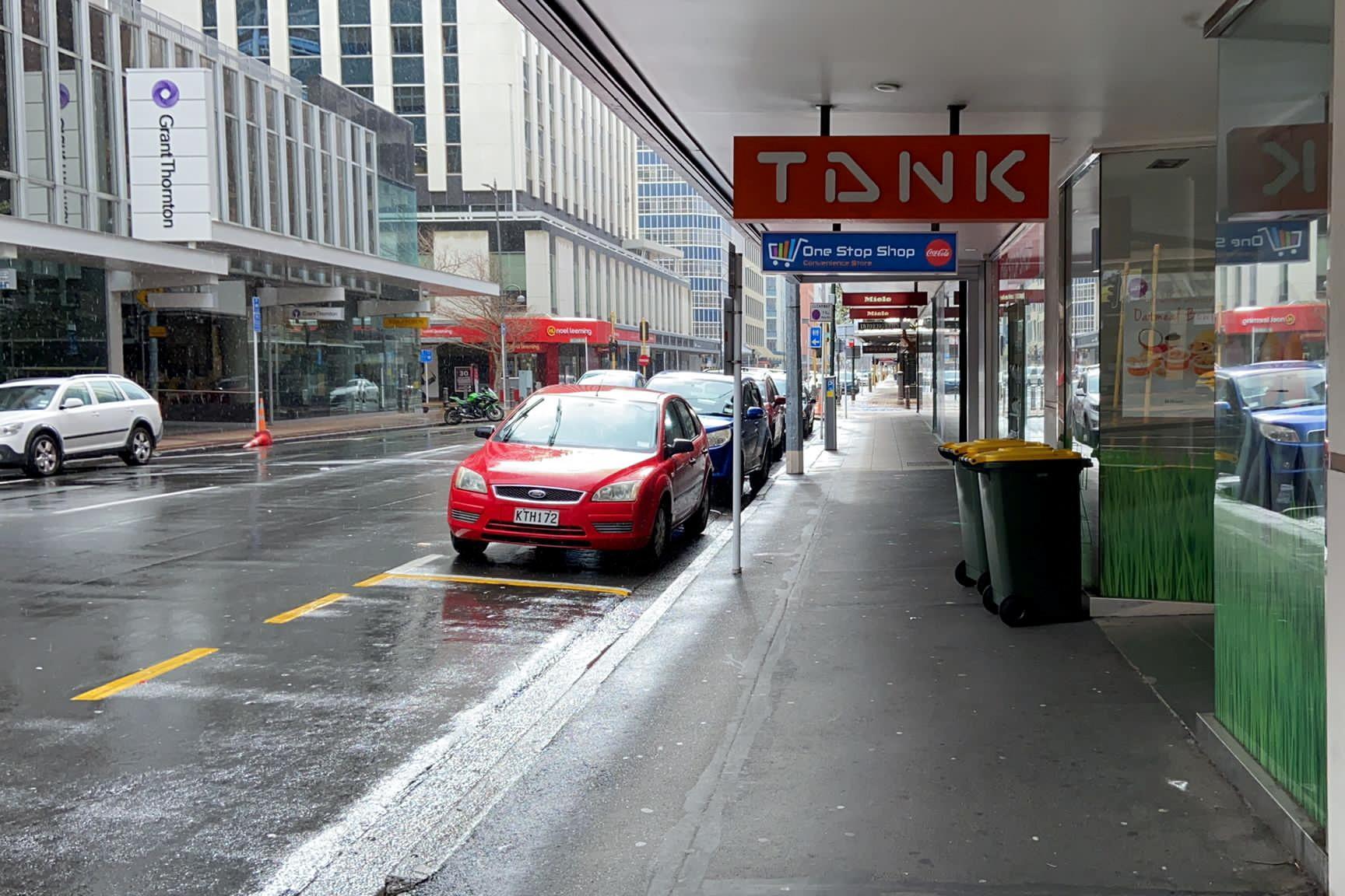 Phố Lambton Quay, thủ đô Wellington của New Zealand vắng bóng người ngay trong ngày phong tỏa đầu tiên 18/8 sau khi phát hiện ca nhiễm nCoV. Ảnh: Reuters.