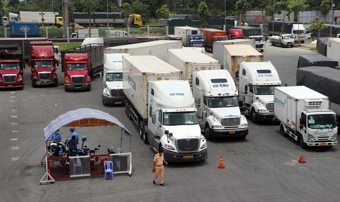 Xe chở hàng hoá chờ tìm tài xế thay thế để vào Cần Thơ chiều 24/8. Ảnh:Cửu Long