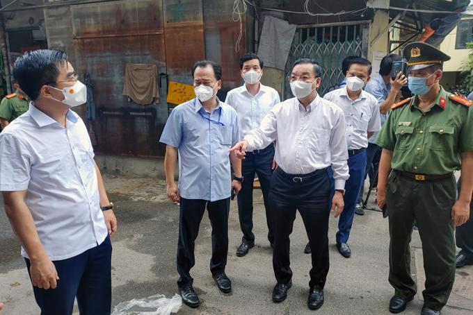 Ông Chu Ngọc Anh kiểm tra việc thực hiện giãn cách xã hội tại ngõ 328 Nguyễn Trãi, Thanh Xuân. Ảnh: Phú Khánh.