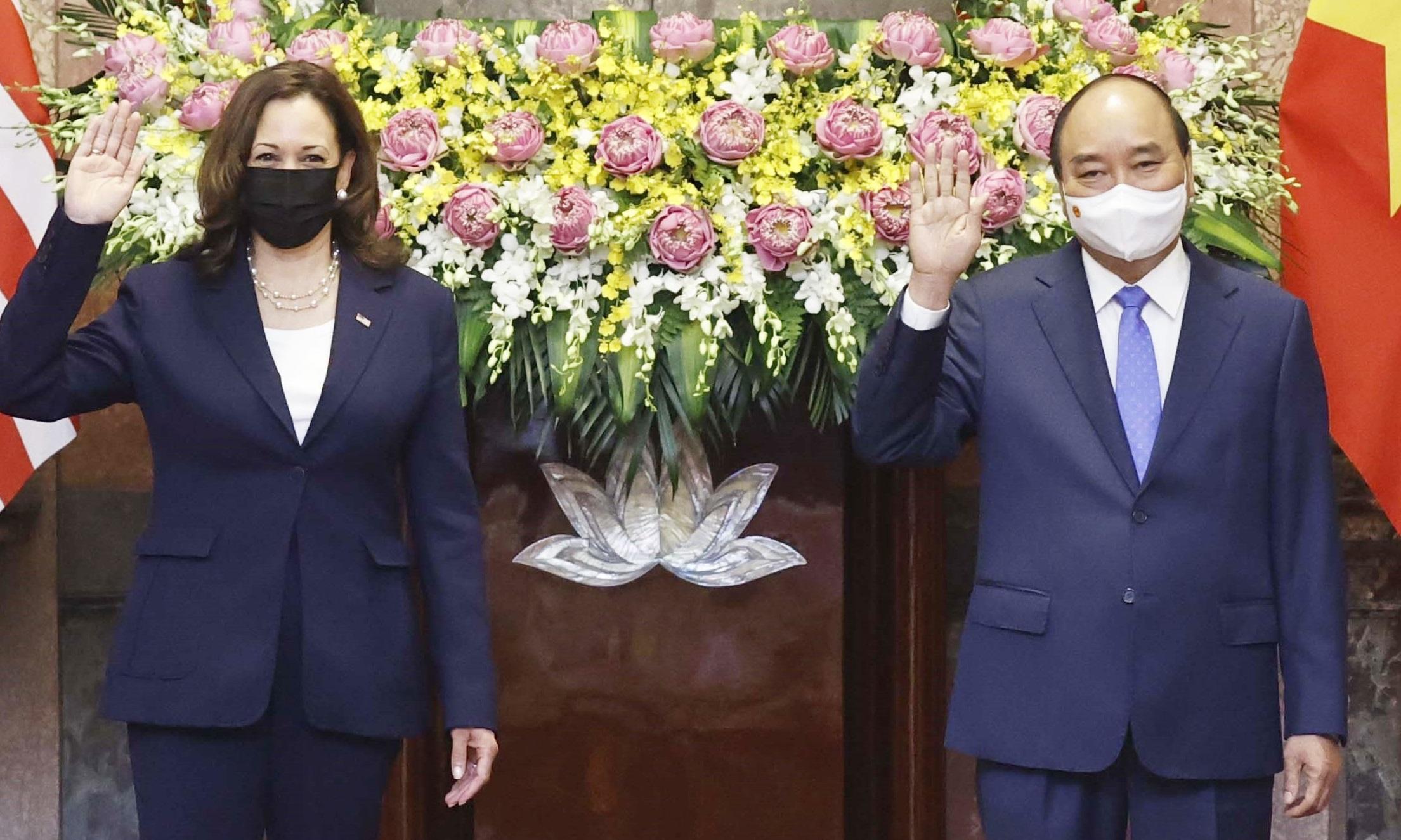 Chủ tịch nước Nguyễn Xuân Phúc (phải) tiếp đón Phó tổng thống Mỹ Kamala Harris tại Phủ Chủ tịch sáng nay. Ảnh: TTXVN.