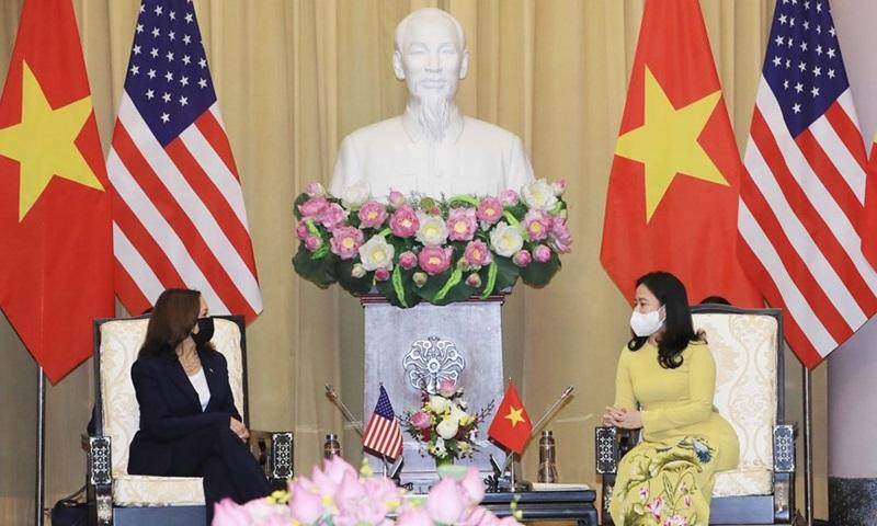 Phó chủ tịch nước Võ Thị Ánh Xuân (phải) tiếp đón Phó tổng thống Mỹ Kamala Harris tại Phủ Chủ tịch sáng nay. Ảnh: TTXVN.