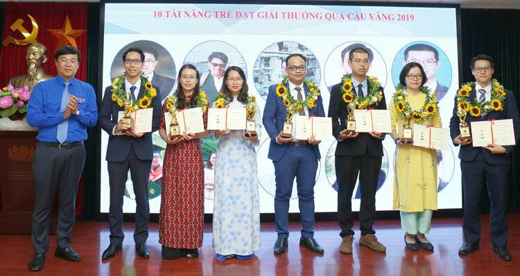 Lãnh đạo Trung ương Đoàn (bìa trái) trao giải thưởng cho các nhà khoa học trẻ năm 2020. Ảnh: NX.