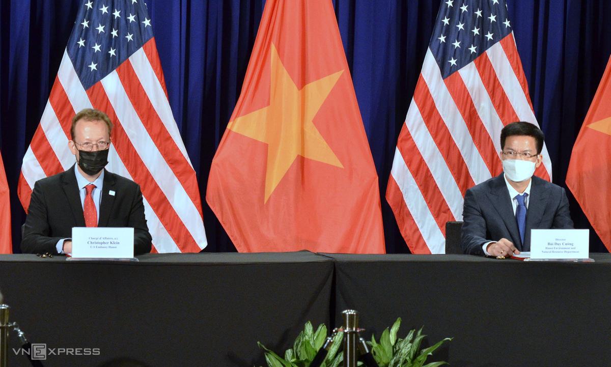 Đại biện lâm thời Mỹ Christopher Klein (trái) và Giám đốc Sở Tài nguyên và Môi trường Hà Nội Bùi Duy Cường trong lễ ký thỏa thuận. Ảnh: Vũ Anh.