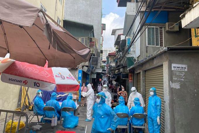 Lực lượng y tế lấy mẫu xét nghiệm cho người dân ngõ 330 Nguyễn Trãi, sáng 25/8. Ảnh: K.H.