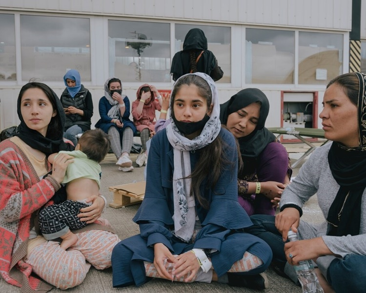 Dunya Walizada (ngồi giữa) bên những phụ nữ Afghanistan khác được sơ tán đến căn cứ không quân Ramstein. Ảnh: Washington Post.