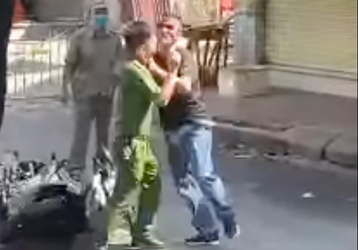 Thịnh (áo cộc tay đen) chống đối cảnh sát. Ảnh: Cắt từ video.