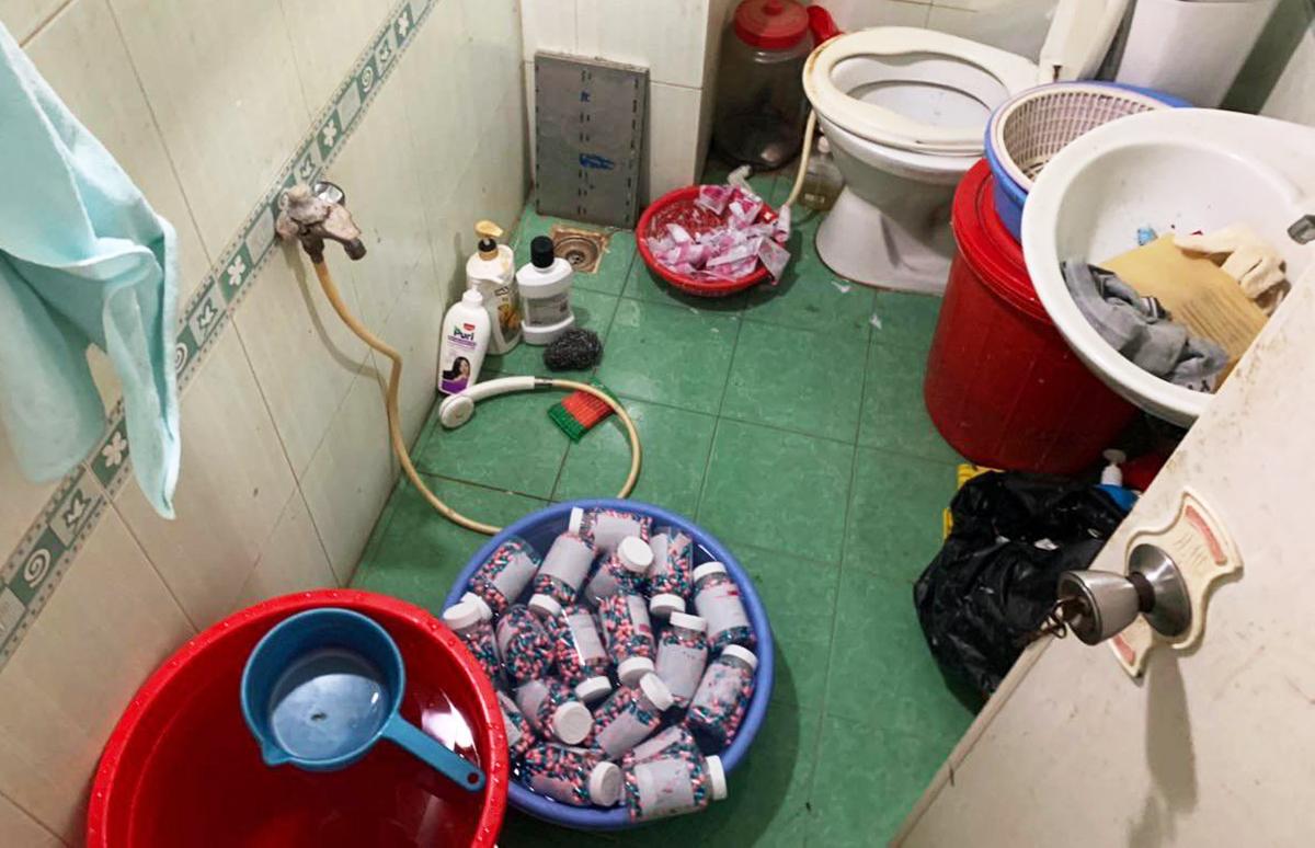 Thuốc giả được để trong nhà vệ sinh. Ảnh: Nhật Vy