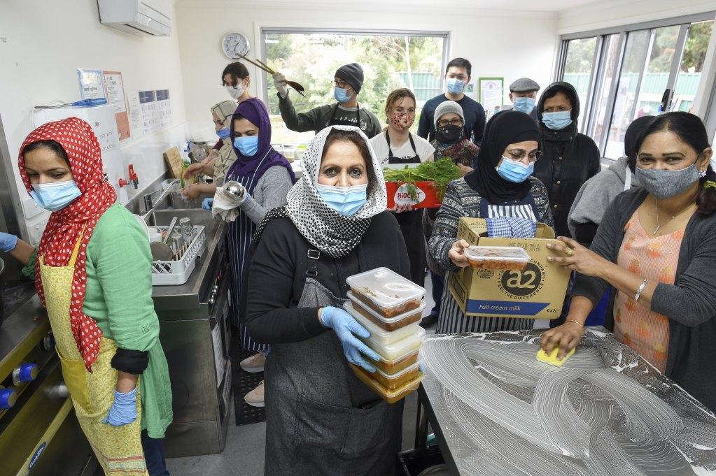 Các tình nguyện viên nhóm Phụ nữ Hồi giáo Hội đồng Victoria chuẩn bị thực phẩm cứu trợ tại Coburg, ngoại ô Melbourne. Ảnh: Sydney Morning Herald.