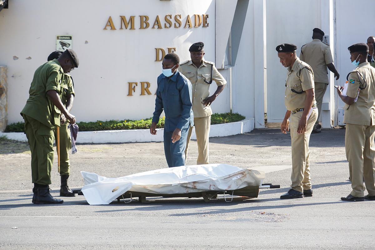 Lực lượng an ninh Tanzania di chuyển thi thể kẻ tấn công bên ngoài đại sứ quán Pháp ở khu vực Salenda tại Dar es Salaam ngày 25/8. Ảnh: Reuters.