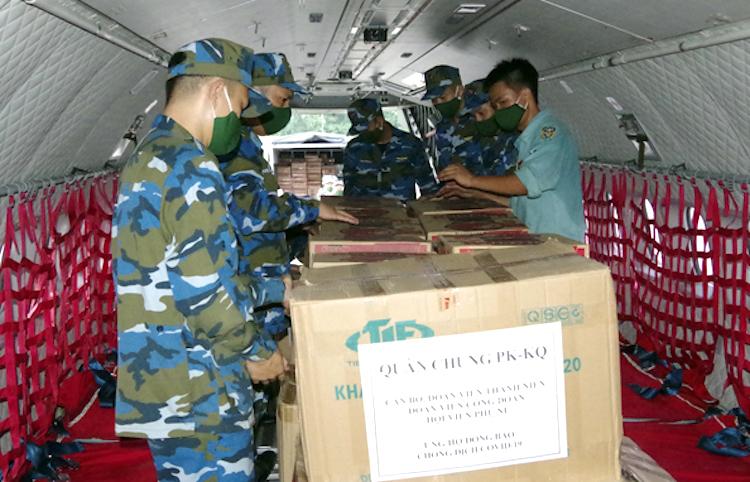 Bộ đội sắp xếp những phần quà Quân chủng Phòng không Không quân gửi tặng người dân TP HCM lên máy bay trước khi cất cánh. Ảnh: PKKQ.VN