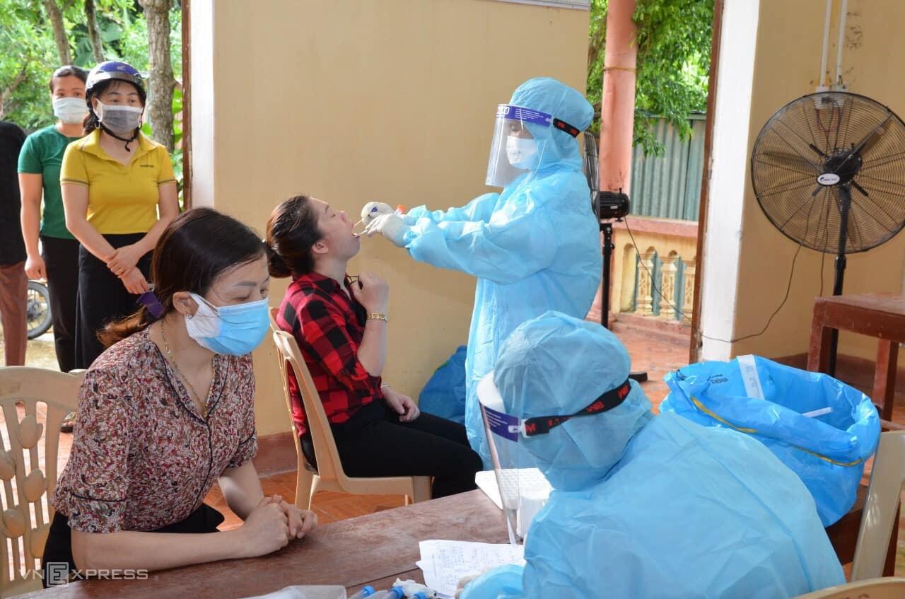 Lực lượng y tế tiếp tục mở rộng xét nghiệm cho người dân ở Nông Cống. Ảnh: Lam Sơn.