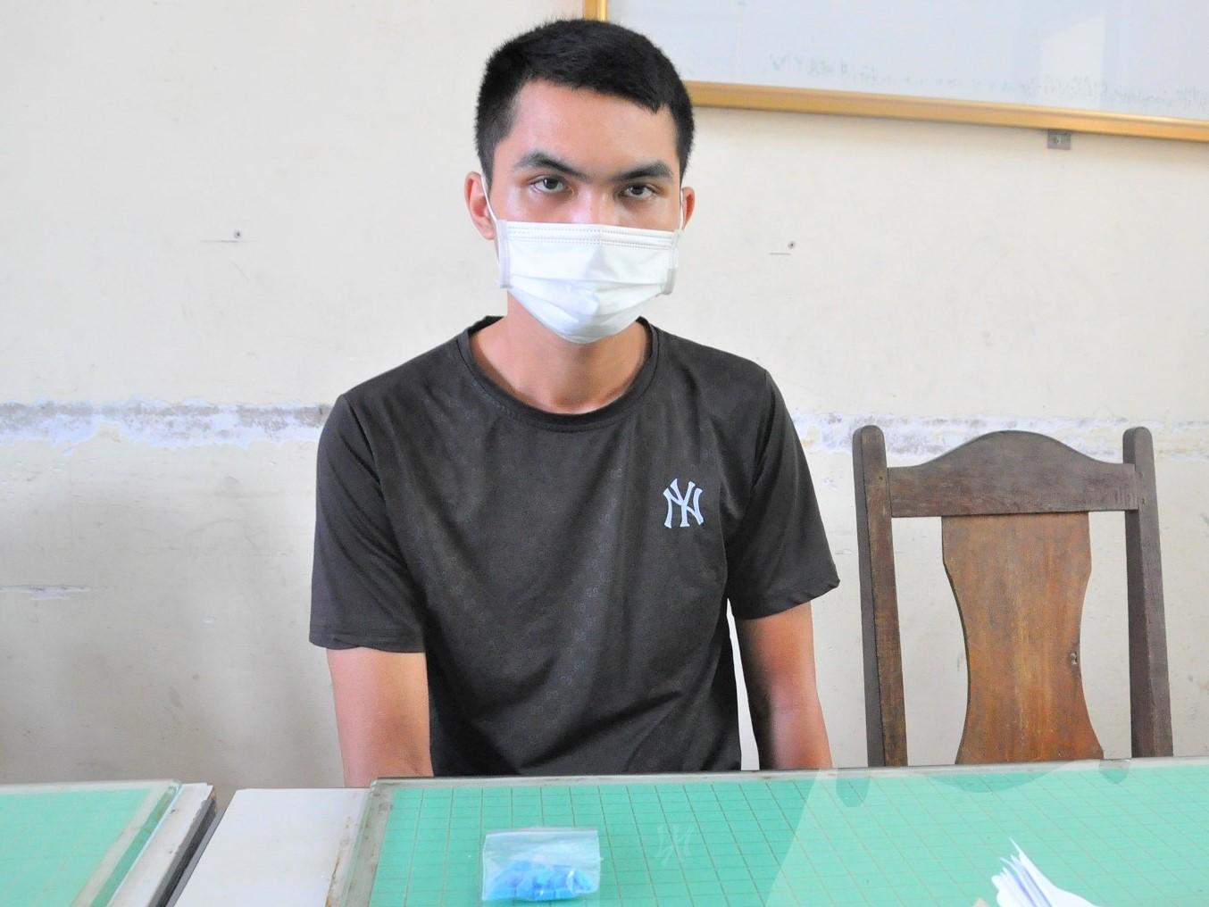 Bùi Quang Huy và số ma túy tang vật. Ảnh: Công an Hải Dương.