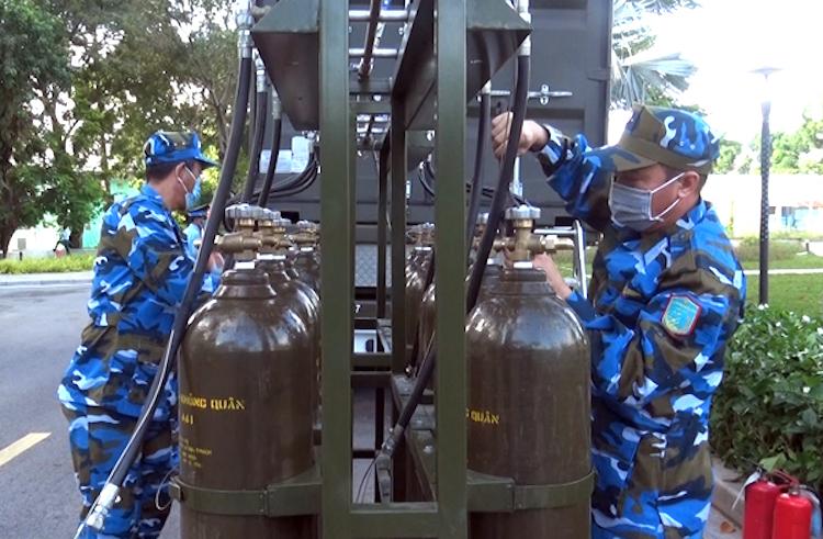 Cán bộ, chiến sĩ Trung đoàn 925 (Sư đoàn 372) vận hành trạm sản xuất oxy lưu động. Ảnh: PKKQ.VN