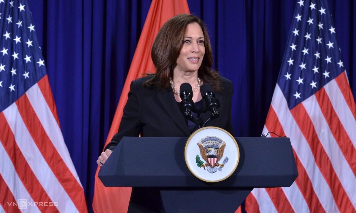 Phó tổng thống Mỹ trong cuộc họp báo ở Hà Nội ngày 26/8. Ảnh: Vũ Anh.