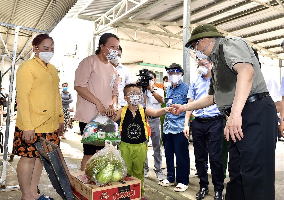 Thủ tướng Phạm Minh Chính thăm hỏi tình hình đời sống của người dân tại khu nhà trọ trên đường Nguyễn Thị Định ở TP Thủ Đức. Ảnh: VGP