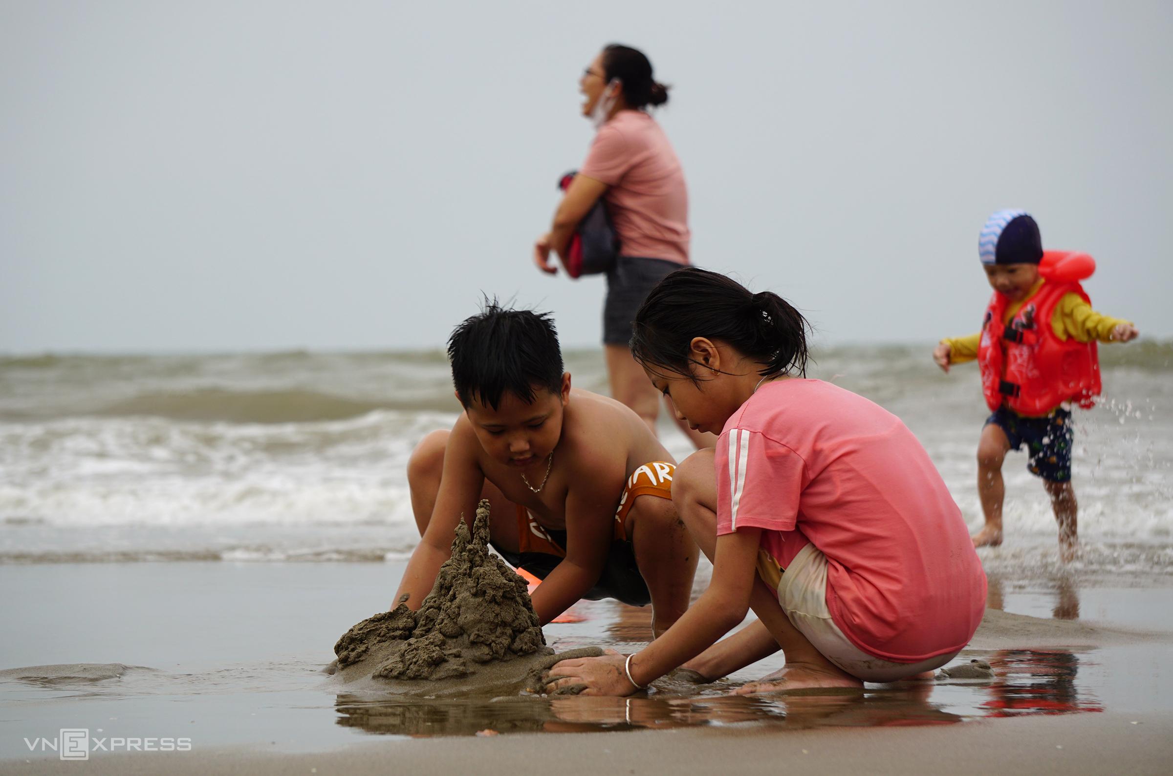 Du khách và người dân sẽ không được tắm biển Sầm Sơn từ 12h ngày 26/8. Ảnh: Lê Hoàng.