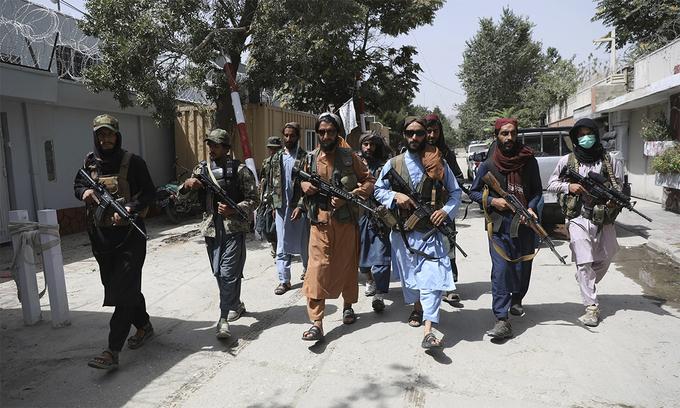 Thành viên Taliban đi tuần trên đường phố thủ đô Kabul, Afghanistan ngày 18/8. Ảnh: AP.