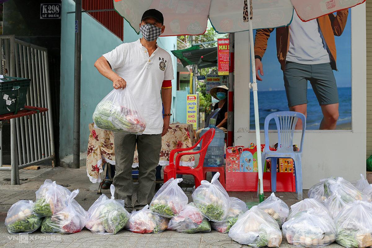 Tổ dân phố 1 phường Tân Chính, quận Thanh Khê, nhận các combo đi chợ giúp người dân, trưa 26/8, trong đó đã có thịt tươi sống. Ảnh: Nguyễn Đông.