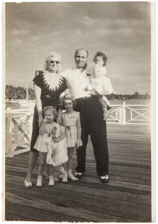 Bức ảnh cuối cùng Al Capone chụp cùng vợ và cháu gái, ngày 25/12/1946. Ảnh: Chicago Suntimes
